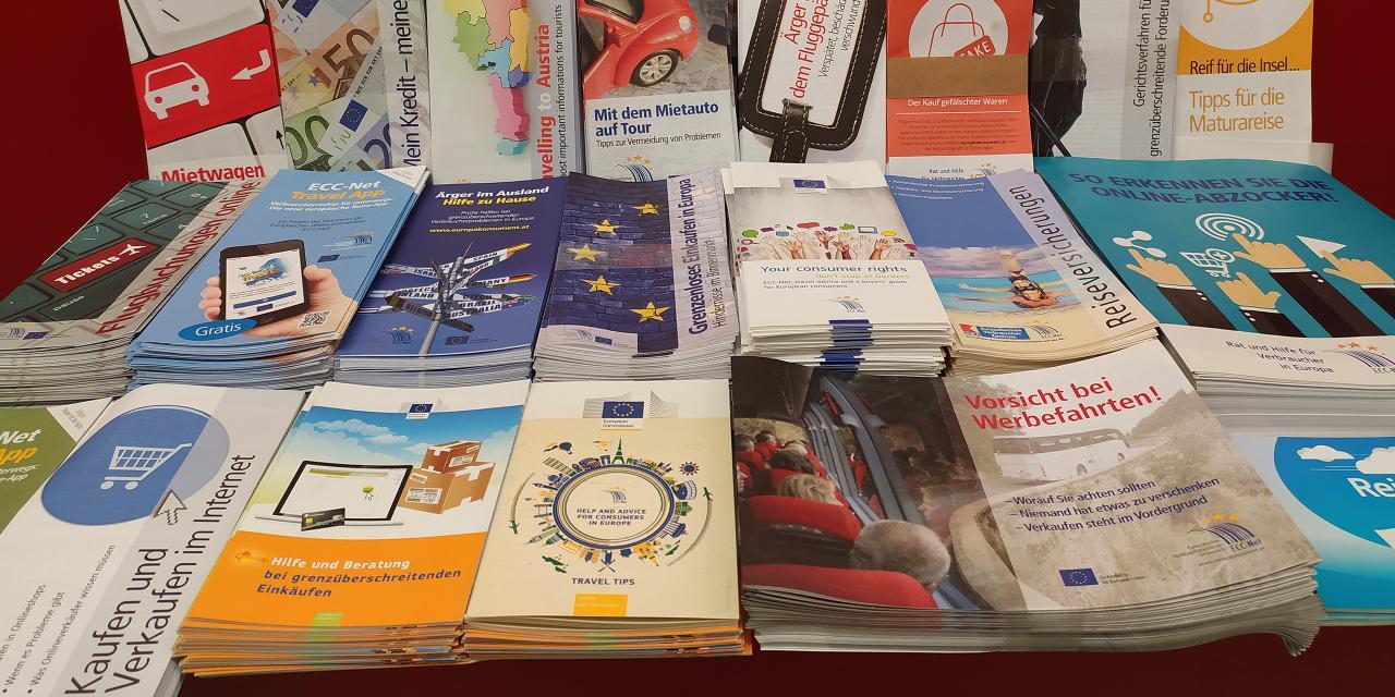 Gestapelte Broschüren des EVZ Österreich