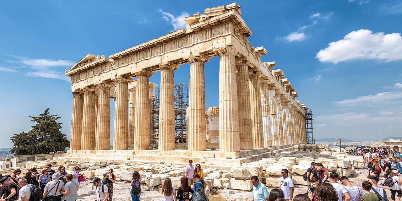 Touristen vor der Akropolis in Athen