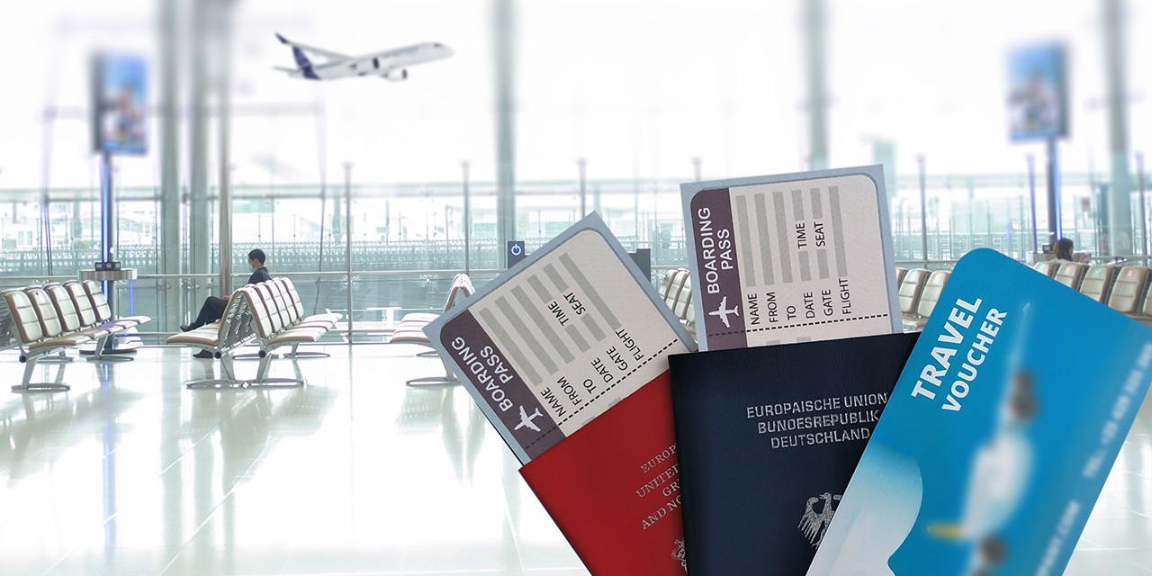 Flughafen Abflugterminal Flugtickets und Gutschein in einer Hand