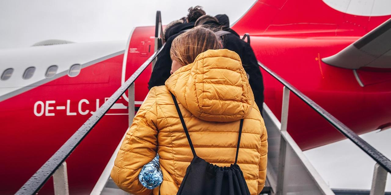 Fluggäste besteigen ein Flugzeug mit OE Kennung