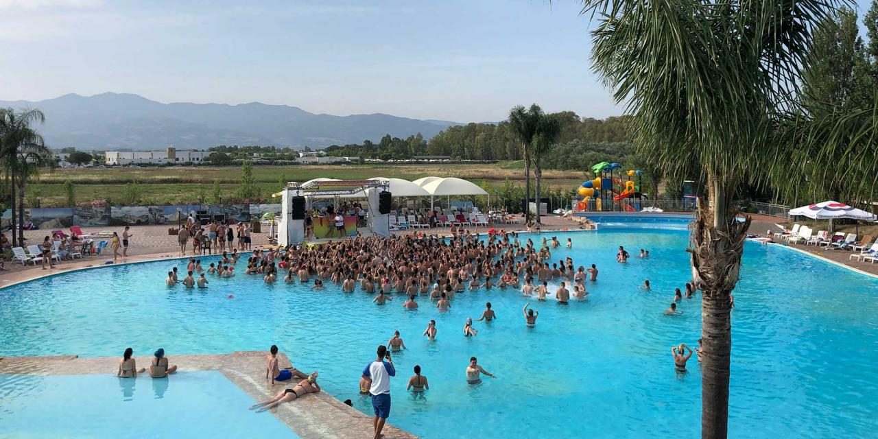 "Mauranten feiern im Pool in Calabrien beim ""Summer Splash"" event"