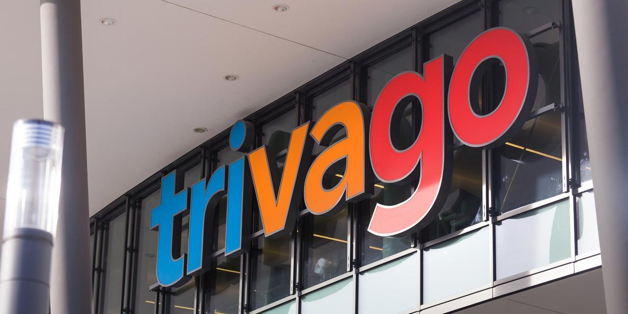 Logoschriftzug Trivago über einem Gebäudeeingang