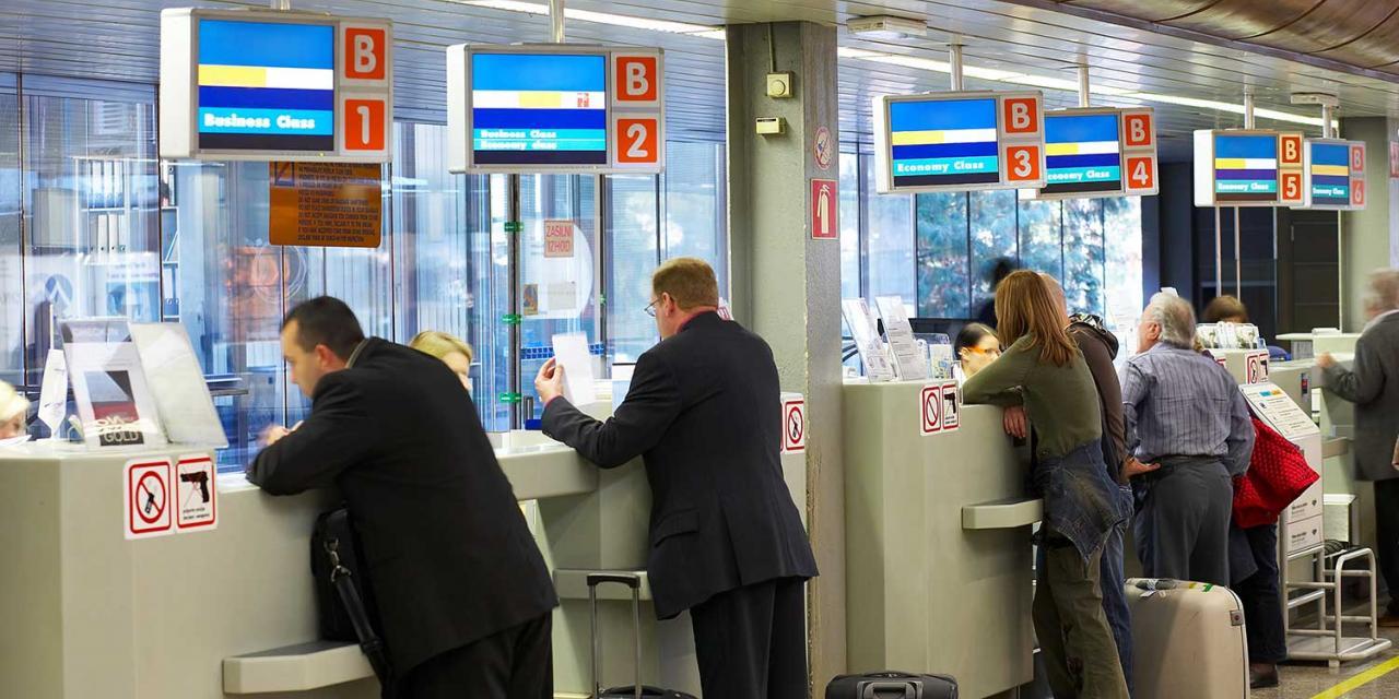 Menschen bei Check In Schalter am Flughafen