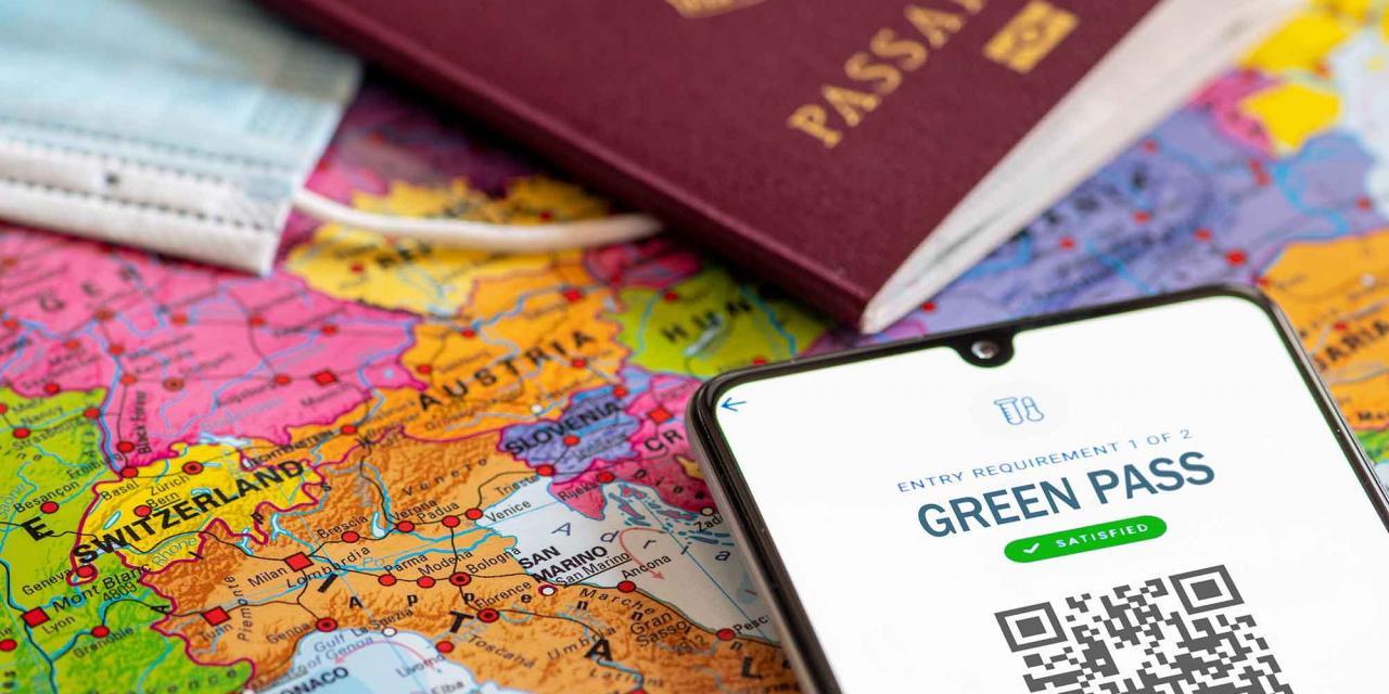 Aussschnitte von EU Reisepass, Gesichtsmaske und Smartphone mit Grünem Pass (EUDCC)