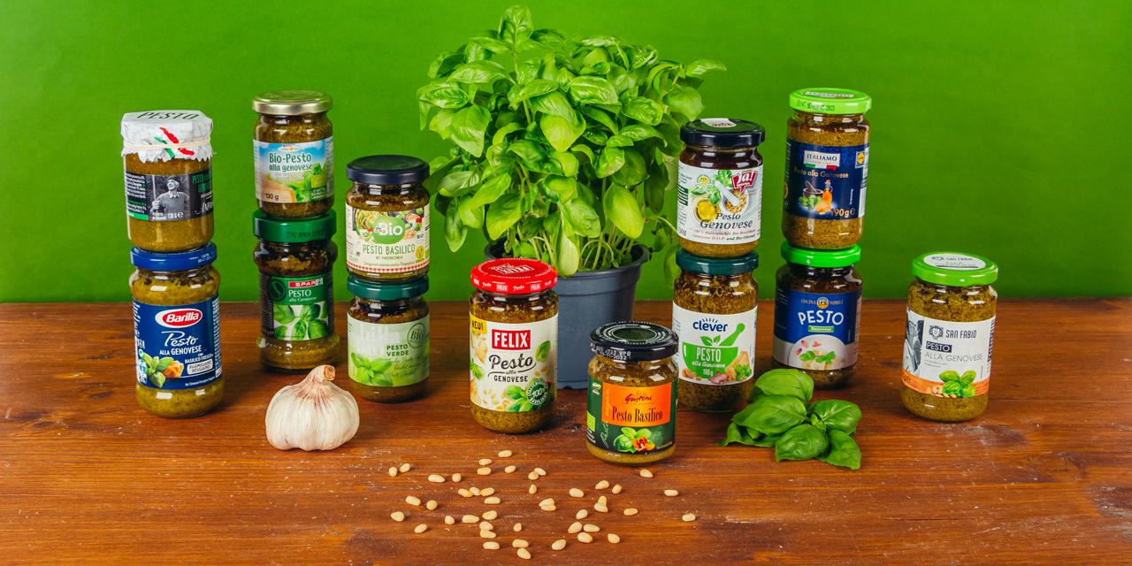 13 Basilikum-Pestos auf einem Tisch