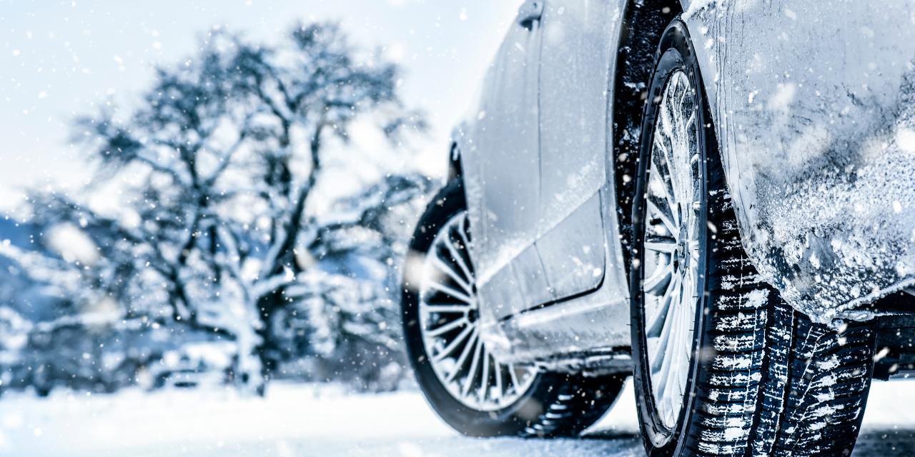 Verschneites Auto in Winterlandschaft