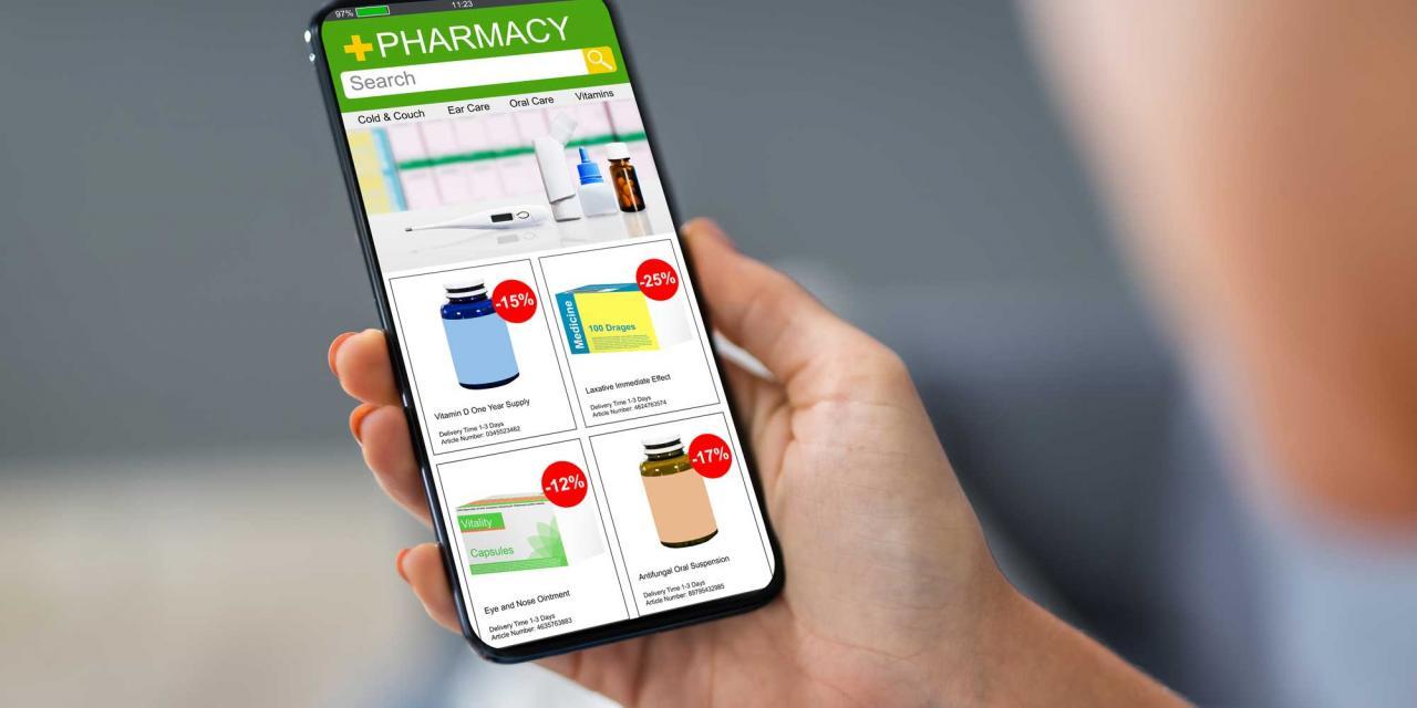 Person in Unschärfe hält Smartphone hoch, darauf zu sehen ein Webshop mit Medikamenten im Angebot