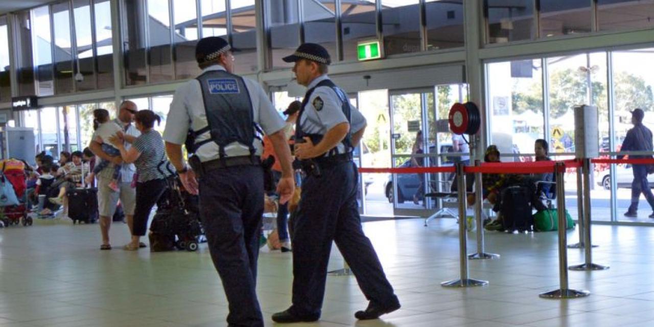 Polizei patroulliert am australischen Flughafen von Coolangatta