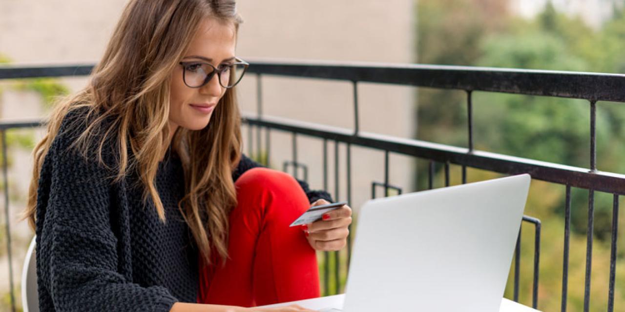 Junge Frau bestellt Online mit Kreditkarte