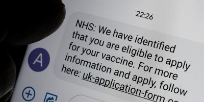 Scam Nachricht auf Bildschirm, gibt NHS Antrag auf Impfung vor