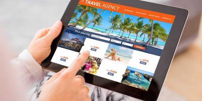 Tablet mit Pauschalreiseangeboten