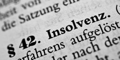 Ausschnitt eines Gesetzestextes mit hervorgehobenem Wort Insolvenz