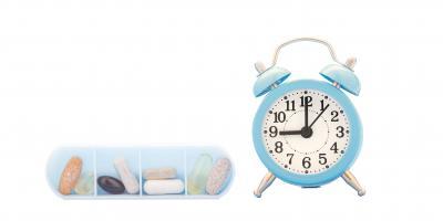 Medikamenten-Dispenser und Uhr von vorne