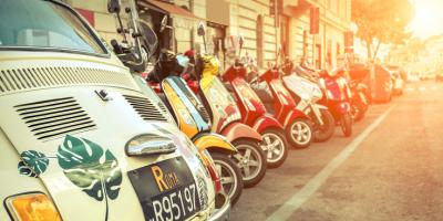Geparkte Autos und Roller auf italienischer Straße