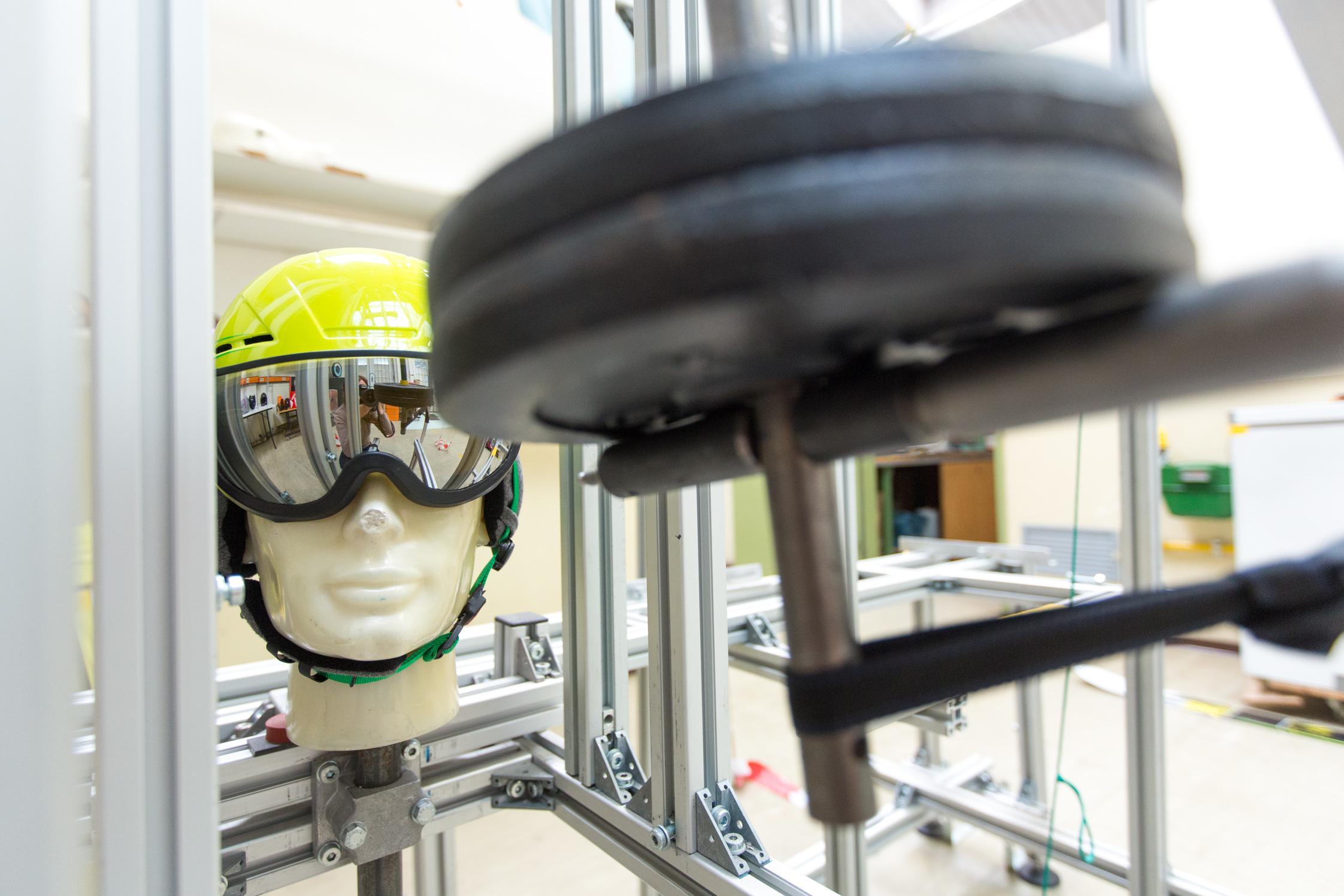 Laboraufbau für die Schlagprüfung bei Skibrillen