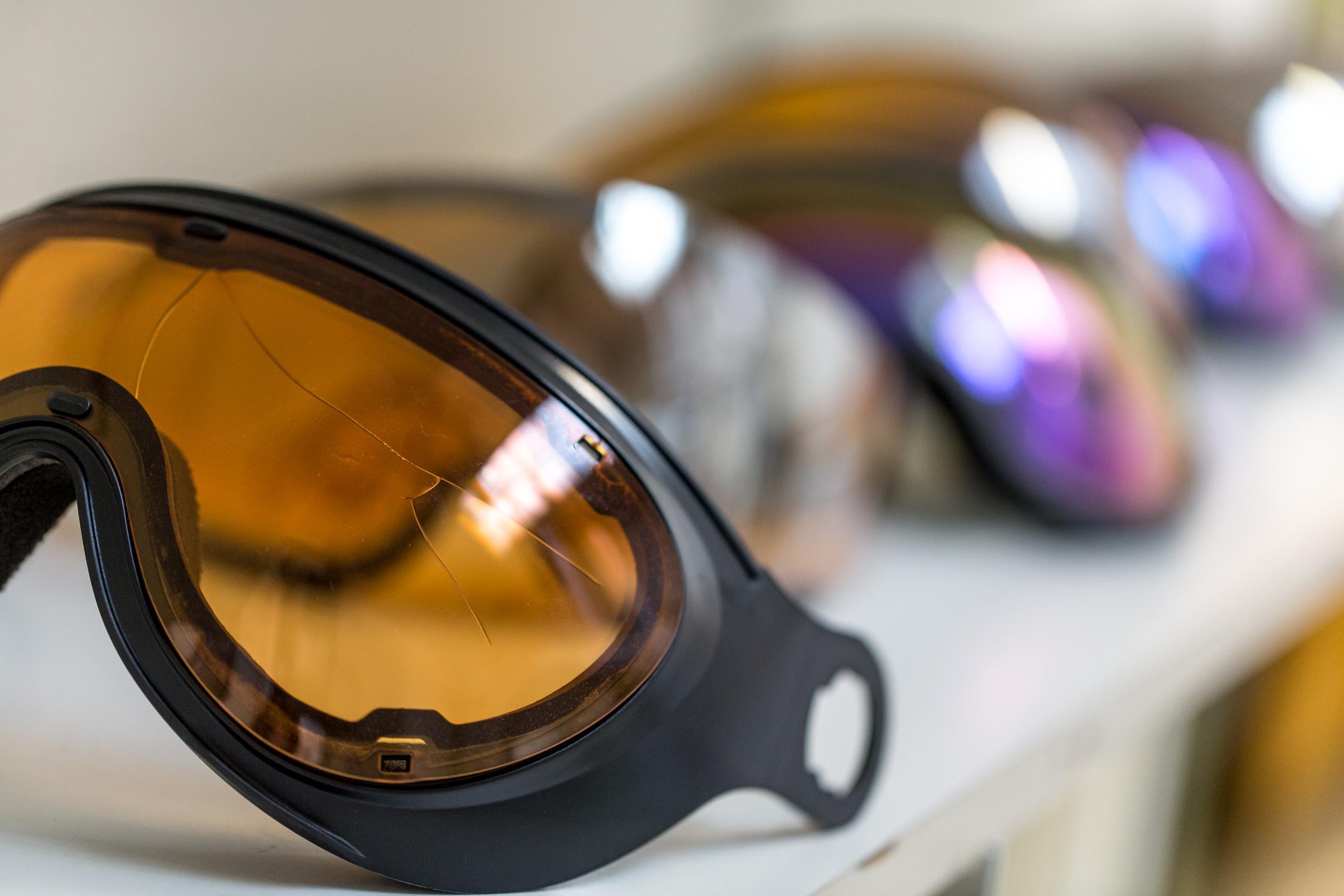 Eine Skibrille nach der Schlagprüfung