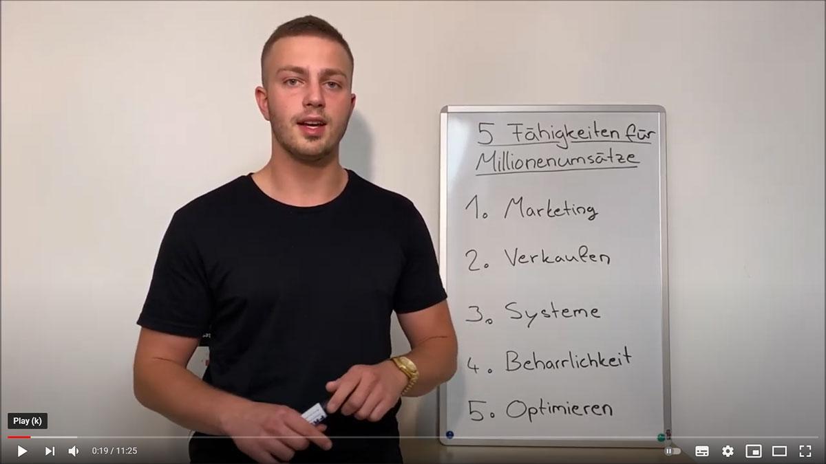 YouTube Video Screenshot von Coach Daniel Igl vor einem Flipchart