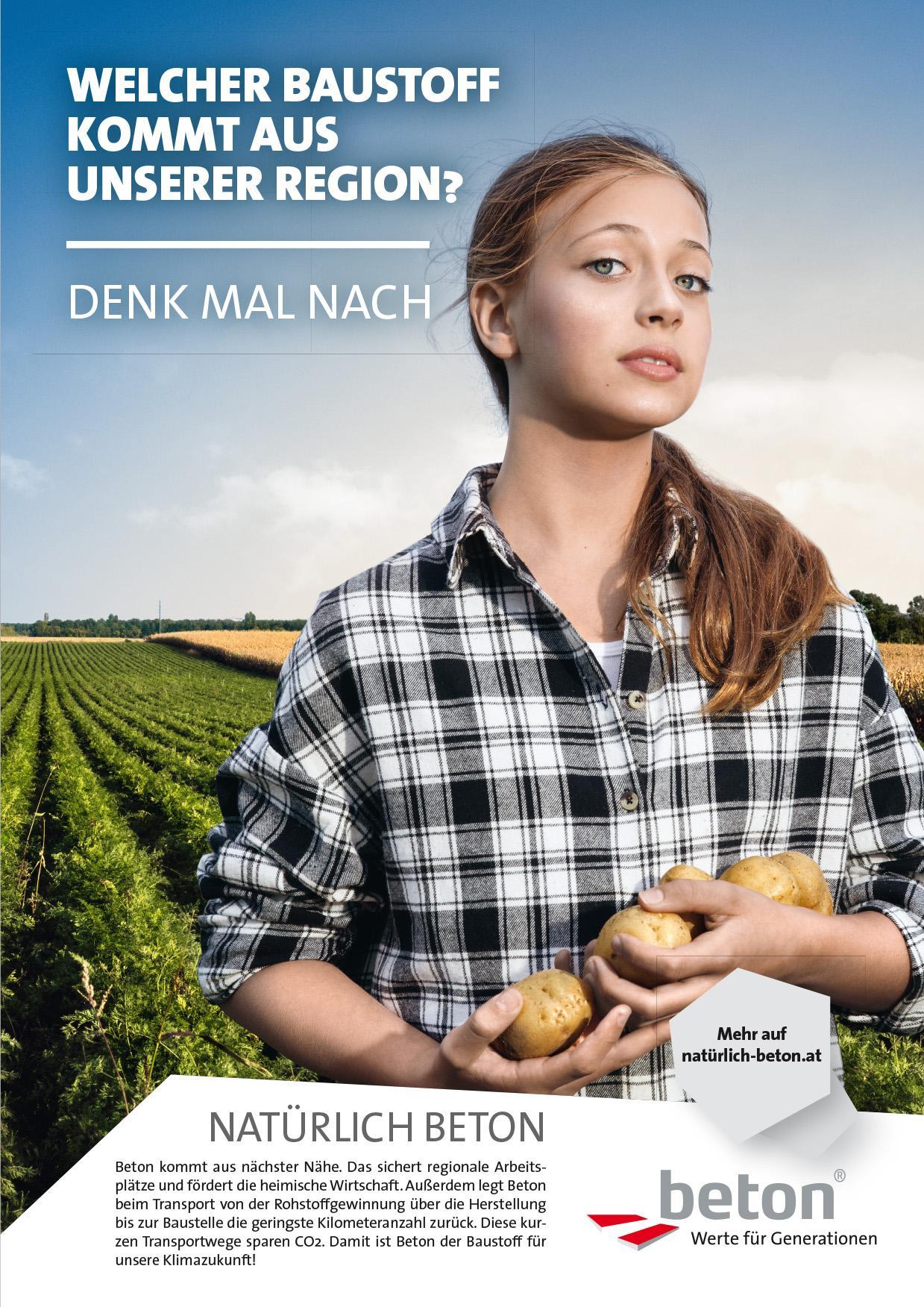 Mädchen mit Kartoffeln in der Hand vor einem langen, grünen Feld