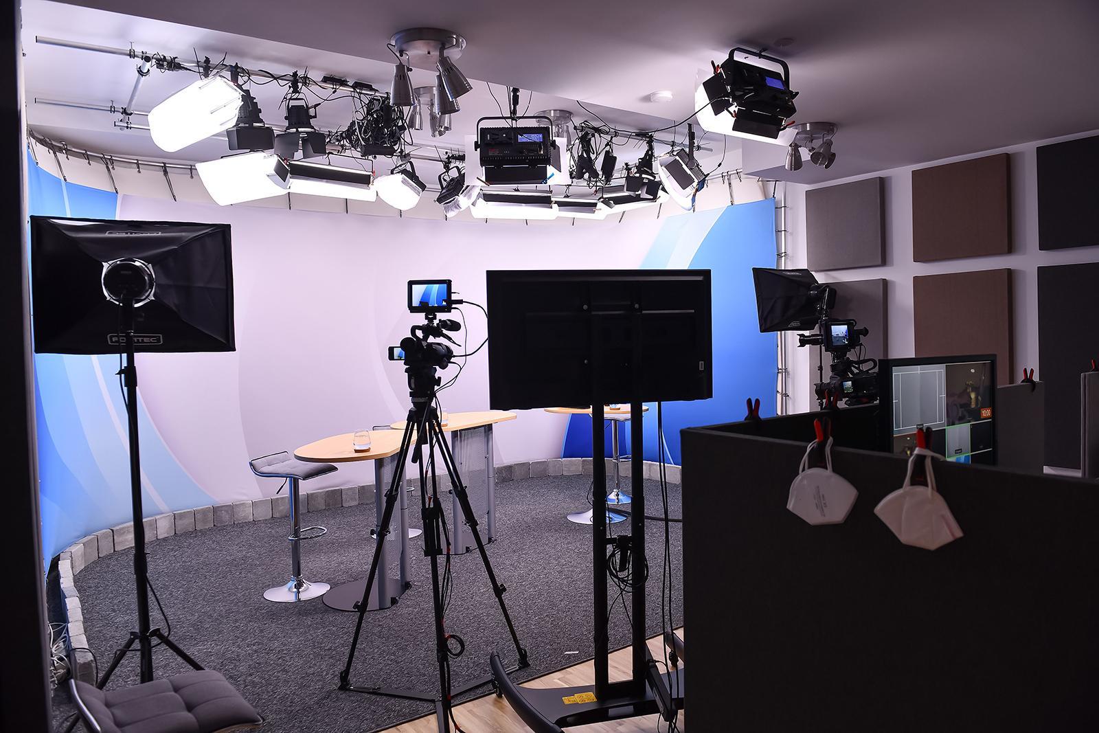 Ein Blick auf das Studiosetting: konkret die Technik und der Konferenztisch.