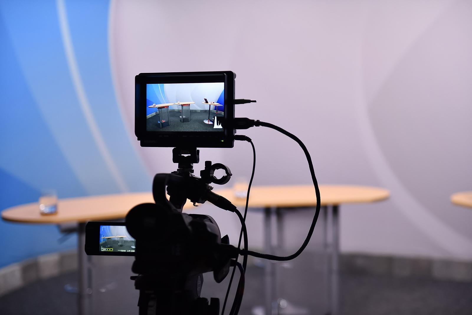 Ein Blick auf den Vorschaubildschirm der Kamera, auf dem ein noch unbesetzter Schreibtisch zu sehen ist.