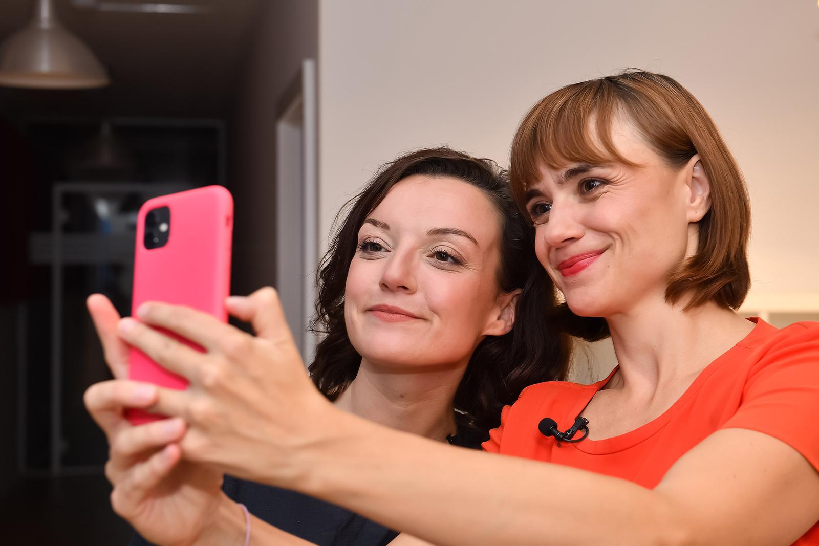 Zwei Damen, die ein Selfie machen.